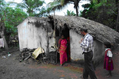 Charles Raya vor einer Hütte in den Slums von Indien
