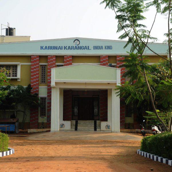 Das Waisenhaus in Karunai in Indien Hauseingang
