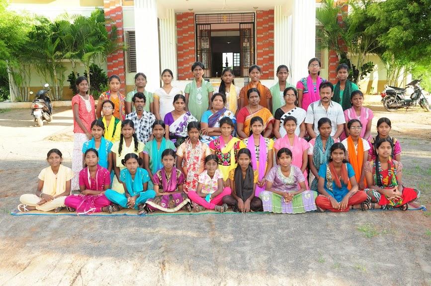 Die Mädchen und ihre fleißigen Helfer im Waisenhaus Karunai in Indien