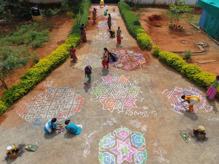 Kolam vor dem Eingang des Waisenhauses Karunai