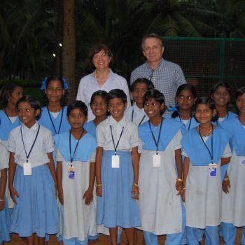 Die Mädchen in ihrer Schuluniform in Karunai mit Hans und Maria Röben