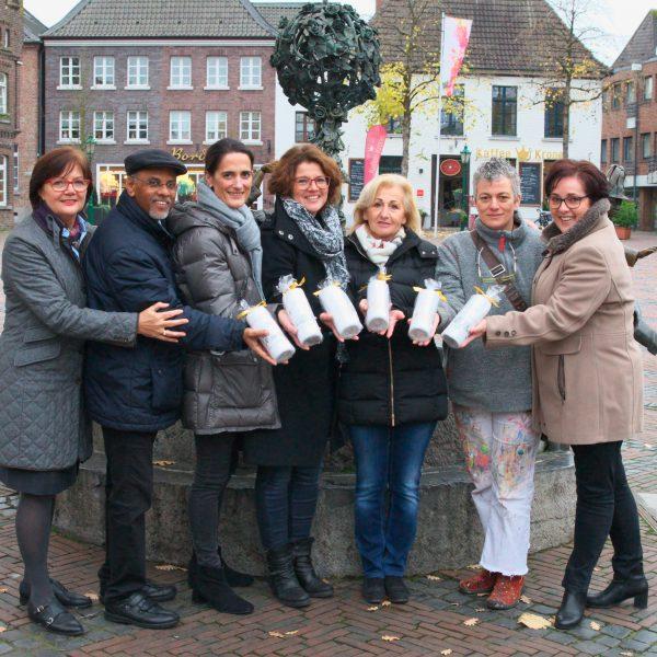 Gruppenfoto mit Kerze für Straelen vor Brunnen in Straelen