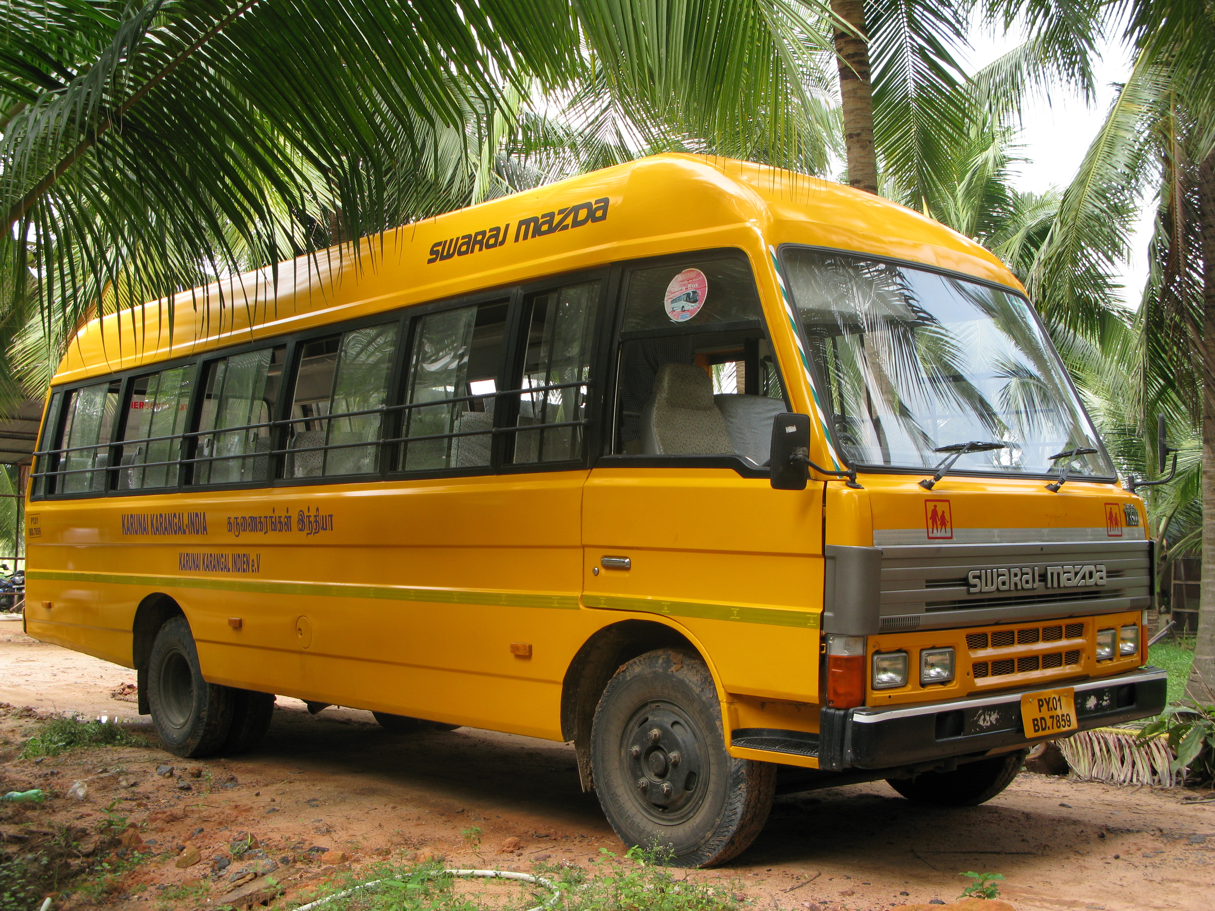 Der Schulbus der Waisenmädchen von Karunai in Indien